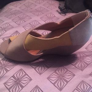 Size 6 Seychelles light yellow and tan